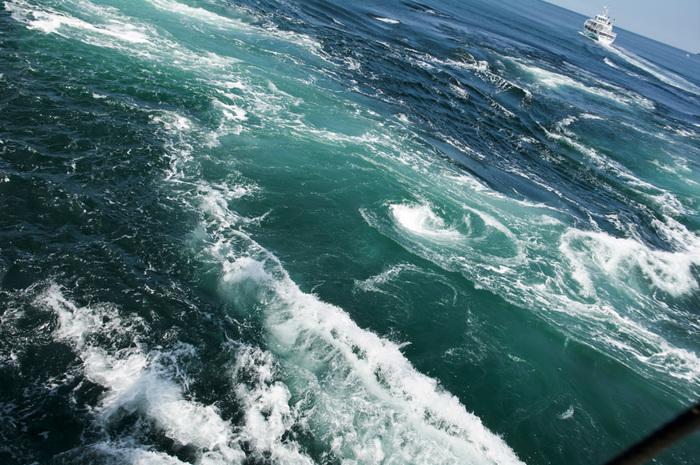 「鳴門のうずしお」とは、兵庫県あわじ市と徳島県のあいだの海・鳴門海峡で海流がぶつかって生まれる渦潮のこと。世界三大潮流のひとつに数えられるほどで、潮流の速さは日本一!海の上でぐるりと渦を巻く、迫力ある自然現象を見られます。