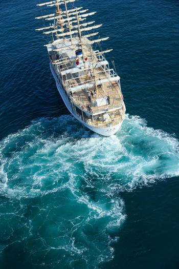 鳴門海峡で「鳴門のうずしお」を見るには、クルージングに参加するのがおすすめです。淡路島の福良港などから、渦潮を見るためのクルージング船が出港しています。ぜひ船に乗って、間近で見る渦潮に圧倒されてください。
