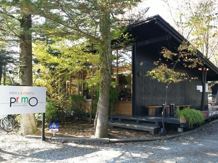 「trattoria primo(トラットリア プリモ)」は軽井沢駅から歩いて15分ほどの六本辻のそばにあるレストランです。2008年にグッドデザイン賞を受賞した建物はスタイリッシュでおしゃれ。