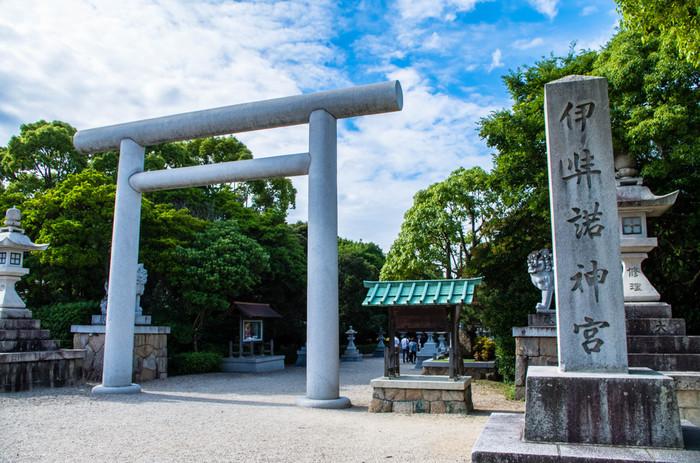 古事記や日本書記に登場する、国を生んだと伝わる伊弉諾尊(いざなぎ)と伊弉冉尊(いざなみ)を祀っているのが、その名も「伊弉諾神宮(いざなぎじんぐう)」です。日本書紀には「幽宮(かくりのみや)」と記され、日本最古の神社と言われています。岩屋港から車で約30分の距離にあります。