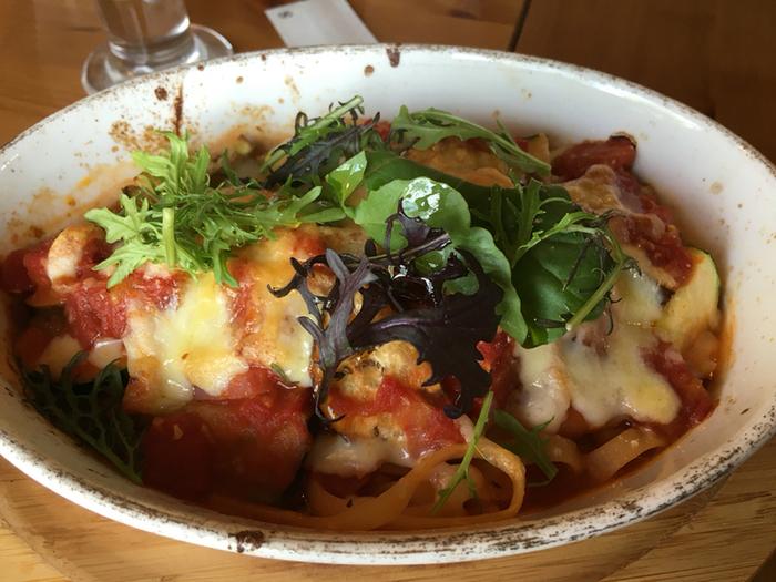 ちょっと珍しいオーブングリルパスタもランチの人気メニュー。ズッキーニ、ナス、トマトなどをじっくり煮込んだソースをパスタにかけ、チーズをのせてグラタン風に焼き上げています。