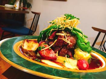 ディナーメニューも充実。「ヘルシー鹿肉のベジビエ流マウンテングリル」は、山をイメージして豪快に盛り付けられた鹿肉と旬野菜のグリルで食べごたえ満点。高原野菜をサラダ以外で食べたい方は、ぜひ注文してみてはいかがでしょうか?