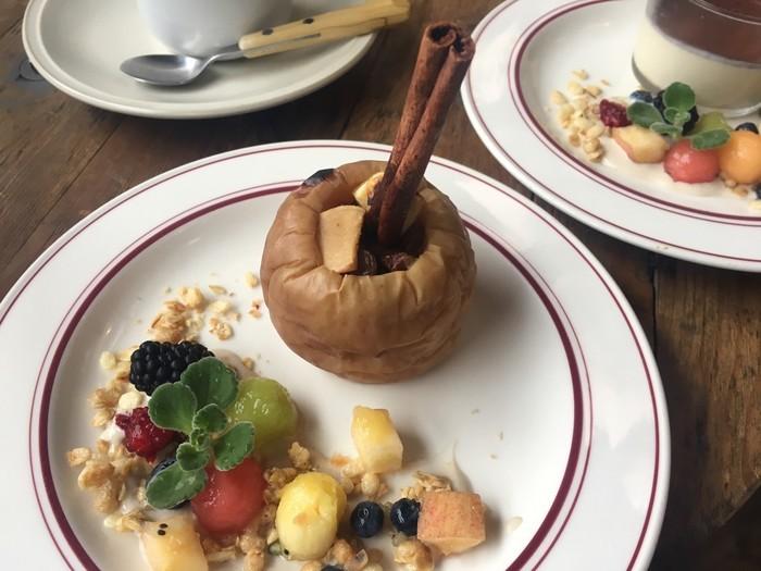 長野の特産、りんごを使ったデザートもおすすめです。丸ごと焼きリンゴはレーズンやシナモンの風味が大人の味わい。朝9時から営業しているので、モーニングに立ち寄るのも気持ちが良いですよ。