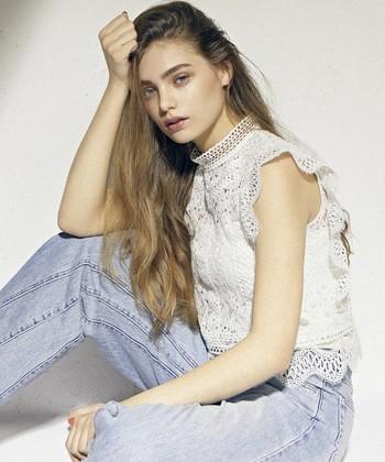 そんなアイテムはあえてデニムに合わせたり、ボーイッシュに着崩してコーディネートすることで、また新しい表情を見せてくれたり、大人の女性らしさを表現することができます。そこで今回は、いくつになっても上手に着こなしたい「レースやフリル、刺繍アイテムを使った大人可愛い夏コーデ」をご紹介したいと思います。