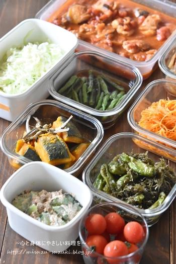 """主菜、副菜や万能ソースなど、ちょっと頑張って、週末にまとめて作ることで、平日の晩ごはん作りが楽チンに! 肉、魚、野菜、バランスよく""""つくりおき""""して、平日の空いた時間は、ゆっくり&のんびり自分時間を楽しみましょう。"""
