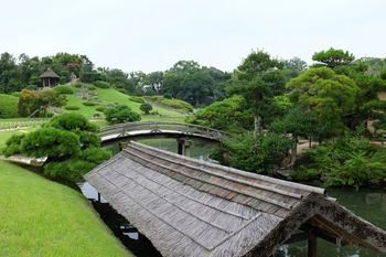 江戸時代初期に、岡山藩2代藩主池田綱政が藩主のやすらぎの場として作らせた日本庭園「後楽園」。金沢の兼六園、水戸の偕楽園とともに、景観に優れた日本三名園とされています。岡山が誇る文化財です。