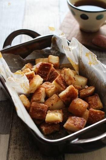 食パンを切って焼くだけの簡単レシピ。シナモンシュガーにココアパウダーなど味の種類も増やせます。とても簡単なので、子供たちに作ってもらったら楽しそうですね。
