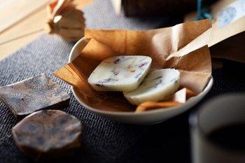 強すぎず柔らかく香るアロマワックスサシェは、火をともさず置いておくだけで香るキャンドルともいわれます。