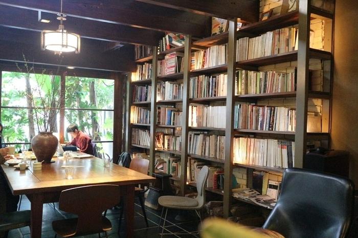 店内に入ると、天井まで続く大きな本棚にびっしりと置かれた本が印象的。本は自由に手に取って読むことができます。書斎のような落ち着いた雰囲気のため、一人で読書を楽しみに訪れても◎地元の人だけではなく、観光客や外国の方からも人気の憩いの場となっています。