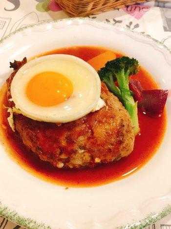 人気の「ジャンボハンバーグ」は、400gほどもあるボリュームのあるひと皿。柔らかくふわふわの食感が特徴です。目玉焼きを絡めながらいただくのがおすすめ。