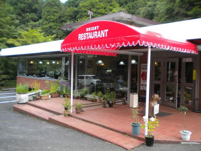 1971年創業の「レストランブライト」は、箱根恩賜公園そばにあるレストラン。山の緑に赤いひさしが映える落ち着いた雰囲気のお店です。