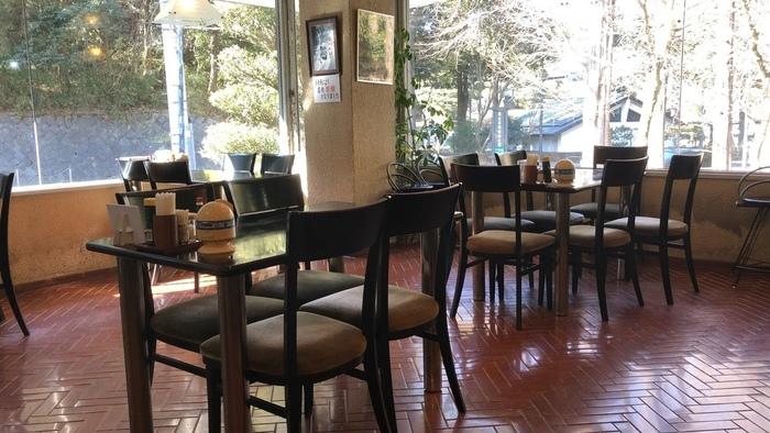 昭和レトロな店内は広く、子どもの頃に家族で訪れたような懐かしさを感じます。昔ながらの洋食屋さんのようなメニューが味わえます。