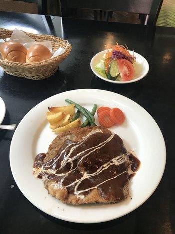 こちらの「子牛のカツレツヌードル添え」は、薄い牛肉のカツレツにたっぷりとデミグラスソースをかけたお料理。お肉の旨みとソースのコクが絶品で、ボリューム満点です。