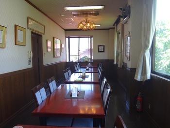 窓の外には大文字山…箱根の自然を眺めながらのお食事は旅気分を盛り上げてくれます。個室もあるので、人数が多い場合は予約しておくと安心ですよ。