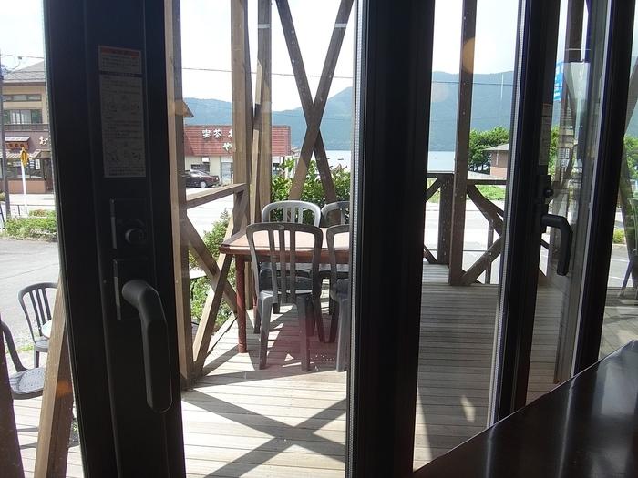 テラス席と店内のテーブル席があって、すぐそこに芦ノ湖が見えます。箱根ロープウェイの終着駅、桃源台から歩くこともできるので、ゆっくり歩いてまわるのもおすすめ。