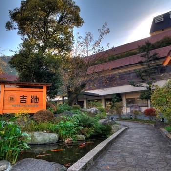 箱根でステーキの名店として有名なのが「ステーキハウス 吉池」。箱根湯本駅から10分ほど歩いた老舗温泉旅館「吉池旅館」の中にあるレストランです。