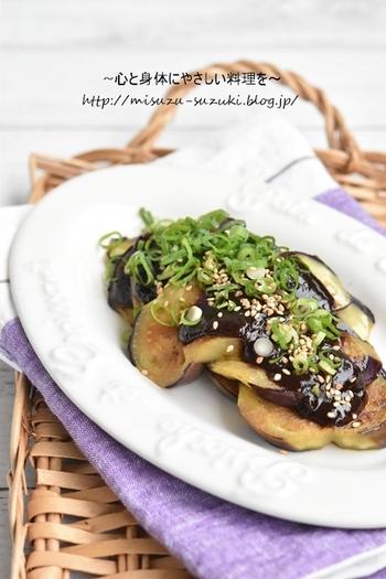 トロトロとした食感が美味しい焼きナスに、味噌の組み合わせが絶妙です。ひと口食べると、なすのうま味が広がり、なす本来の美味しさを楽しめます。 調理の際、なすは油を吸収してしまうという特徴がありますが、こちらのレシピでは、ごま油大さじ1でOK。油の量をおさえつつ、トロトロのなす料理が味わえます。