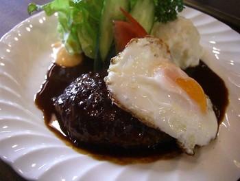 「ハンバーグステーキランチ」は平日限定メニュー。たっぷりのデミグラスソースと半熟の卵がたまりません。カウンター越しにシェフと会話しながらいただく食事は、観光客だけでなく地元の方にも愛されています。