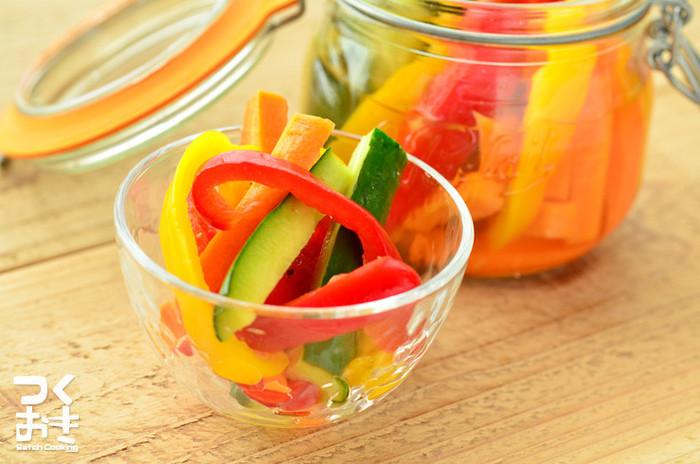 保存容器にお野菜を詰め込んで、後はお酢とスパイスを入れるだけととっても簡単です。色合いもとっても鮮やかなので、一気に食卓が明るくなりそう…。カレーライスの付け合わせとしてもぴったりですよ。(冷蔵保存7日)