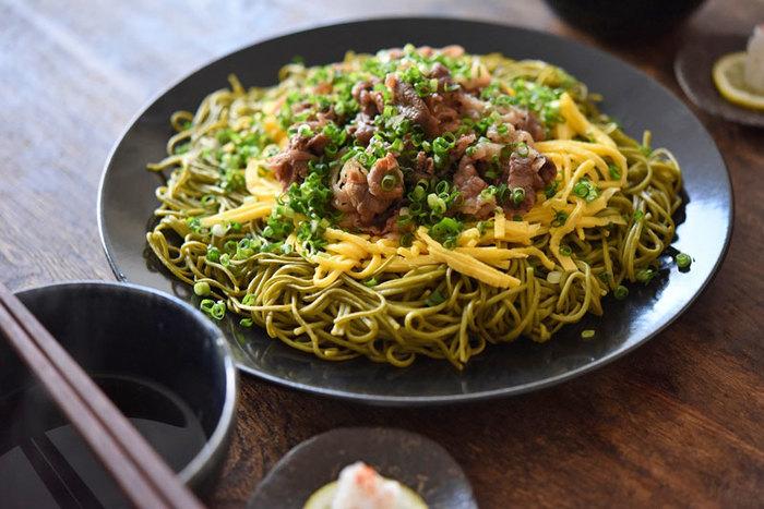 テレビドラマで話題を集めた「瓦そば」は、山口県豊浦町の郷土料理で、鉄板の焼きそばをイメージしていただければと思います。茶そばの香り、お肉の旨味、錦糸卵の甘み、ネギの風味が一体化したメイン料理です。ぜひマスターしてみては?