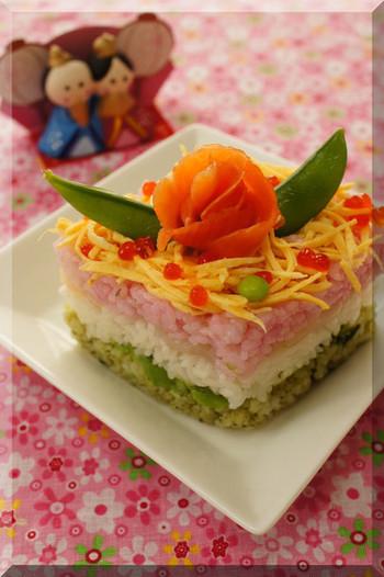 サーモンやアボカド、錦糸卵など女の子が喜ぶ食材を使って、綺麗に盛り付けましょう。錦糸卵を焦がさないようにして、彩り豊かな雛寿司を作ってくださいね。