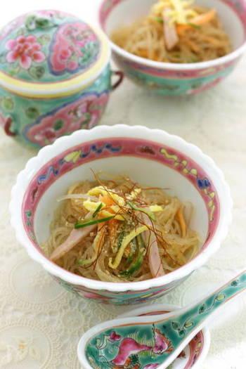 中華風ピリ辛春雨サラダは、食が細くなる夏にもぴったりのサラダです。錦糸卵を加えれば食卓が一気に華やかに♪錦糸卵と一緒に春雨サラダも常備菜にしておくといいですね。