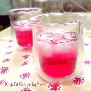 赤しそのきれいな色が心地いい赤しそのドリンク。疲れをとってくれるクエン酸の酸味が、すっと汗をひかせてくれます。