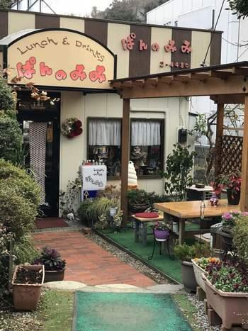 先ほどご紹介した「くるみの実」から程近いところにある「ぱんのみみ」は、強羅の裏路地にひっそりとたたずむ小さなお店。隠れ家のようですが、テレビや雑誌にたびたび登場する人気店なんですよ。