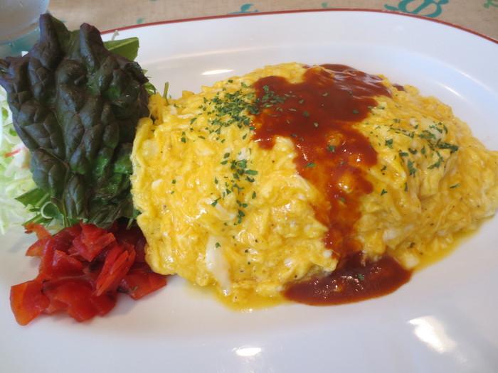 ケチャップライスの上にふわふわ卵がのったオムライス。デミグラスソースがかかったオーソドックスなメニューは、大人も子どもも大好きな味。人気店だけあって、どれを食べても間違いのないおいしさです。