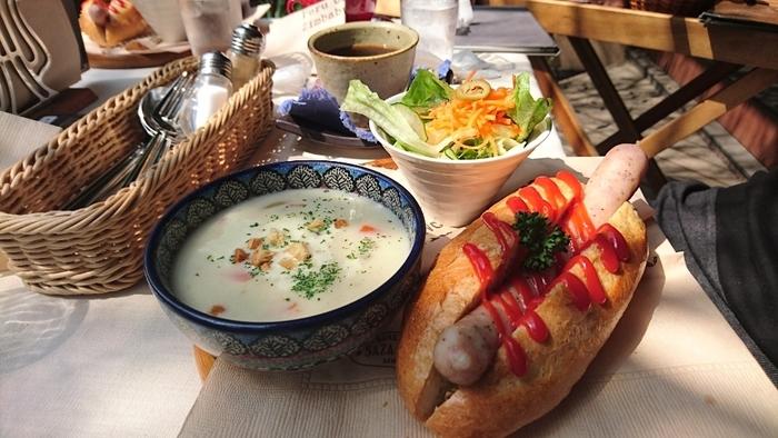 しっかり食べたい方は「サザ風ホットパンソーセージ」がおすすめ。ジューシーなソーセージがサンドされたフランスパンとサラダ、スープがセットになっています。おしゃれな空間でいただくこだわりのコーヒーとおいしいお食事。何度も通いたくなるお店です。