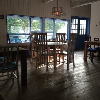 テーブルとカウンター席、どこに座っても雰囲気の良い空間。席の配置がゆったりしているので、ご家族でもお友だち同士でも、ひとりでも何度も訪れたくなります。