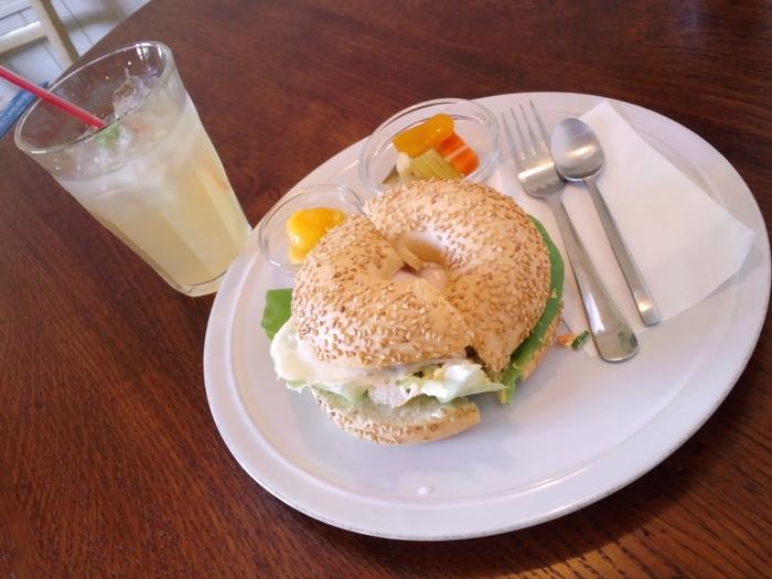 数量限定のベーグルサンドはランチにおすすめ。お野菜と目玉焼きにたっぷりのタルタルソースがかけられていてボリューム満点。もっちりした生地に表面の白ゴマのプチプチとした食感アクセントになっています。