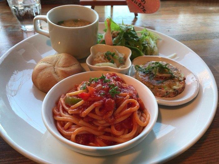 こちらの「ランチプレート」は、パスタやサラダ、スープなどが少しずついただける女性に人気のメニュー。大きなプレートに小皿を使うワンプレートの盛り付けは、思わずおうちでも真似したくなります。