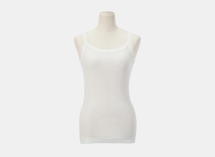 シンプルなTシャツには、ブラのラインが響かないつるんとしたキャミソールを重ねると、 ブラのレースや肩ストラップ、背中のブララインも響きません。