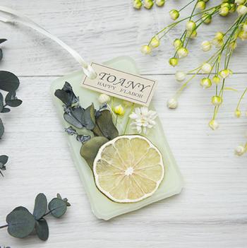 レモンやライムなどのフルーツに、柑橘系の香りなら夏らしいポップな気分になりそうです。