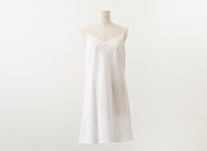 白いワンピースには、体に自然に沿うペチコートを重ねるのがおすすめです。 胸周りやお腹周りのラインが目立たず、下着の透けも気にならずきれいに着こなすことが出来ます。 夏の暑い時期でも、肌に貼りつかず汗を吸い取る布帛のアンダーは、これからの強い味方ですよ◎