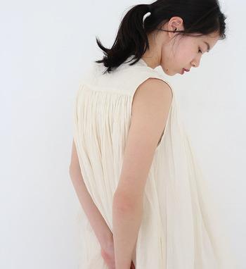 ブラのストラップが見えてしまいがちなタンクトップや、襟ぐりが大きくあいた服には、見えても平気な白か黒のストラップのブラを身につけましょう。ちら見えしても気になりません。