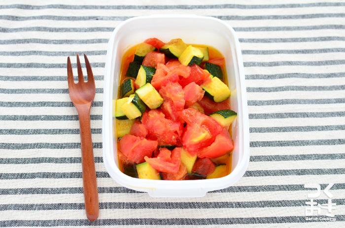 トマトとズッキーニを使った、ごくごくシンプルな炒めサラダのレシピ。味付けは醤油と塩オンリー。このシンプルさがズッキーニと相性が良く、加熱することでトマトの甘味も引き立ちます。