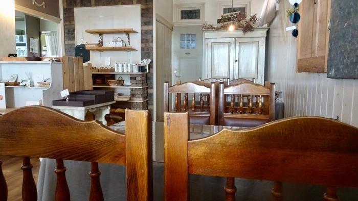オーナーが少しずつ集めたというアンティークの家具や小物たちがディスプレイされていて、ナチュラルで落ち着いた雰囲気。店内にはスコーンのやさしい香りが漂っています。