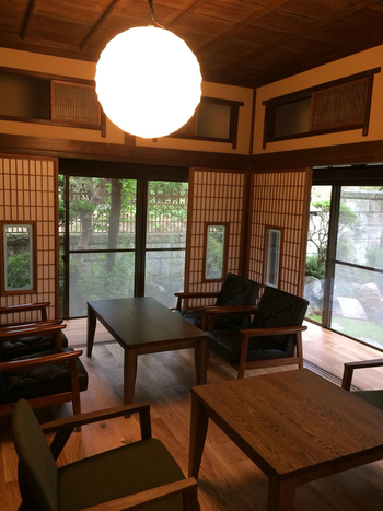 築100年の古民家をリノベーションした店内は、ナラの木を使った床材が足に心地よく、日本庭園眺めながらゆったりとくつろぐことができます。
