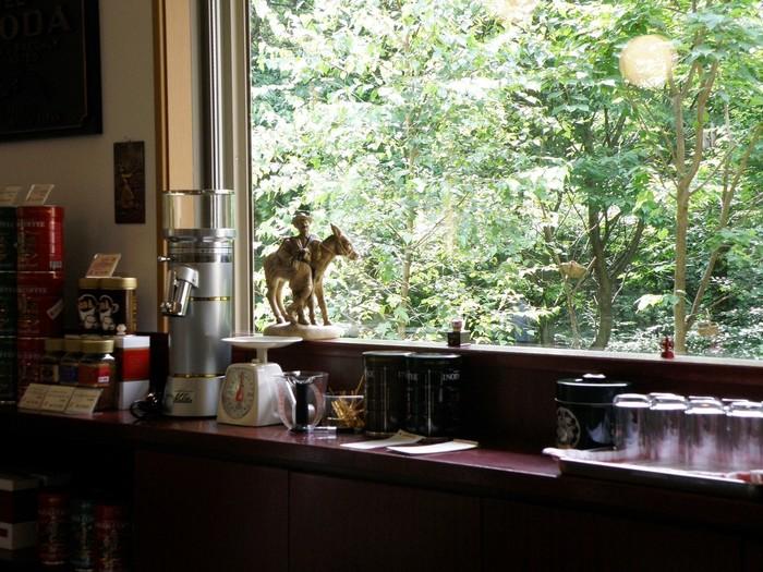 森の中の一軒家カフェは、木々が風になびく音や鳥のさえずりがBGM。窓の外の景色は、まるで1枚の絵画のよう。店内いっぱいに漂うコーヒーの香りに癒されます。