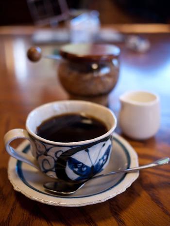 こちらのカフェは、コスタリカやエチオピアなど原産地から輸入したコーヒー豆を自家焙煎しているのが特徴。コーヒーの種類も豊富で、ブレンドとストレートを合わせると約40種類もあるんです。どれにしようか迷ったら、すっきりした後味が魅力の「白州ブレンド」がおすすめです。