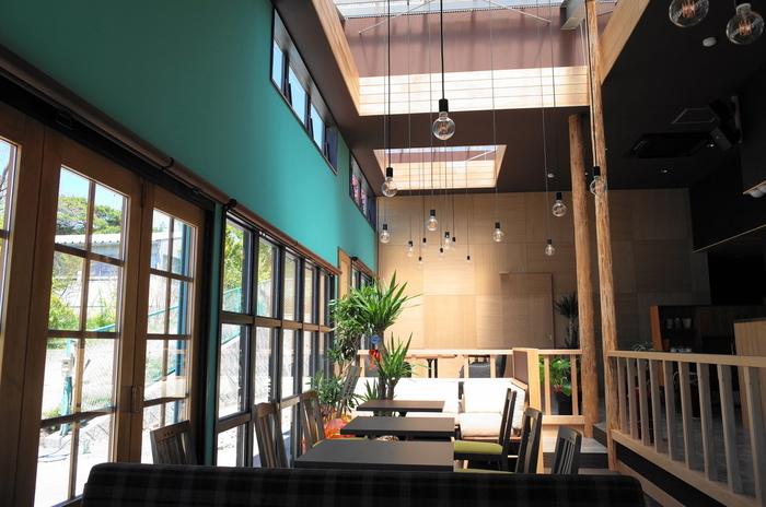 エメラルドグリーンのアクセントカラーが印象的な北欧風の店内は、高い天井と大きな窓が開放的で気持ち良いですね。ソファ席やテーブル席など、いくつかタイプがあって、どこに座ろうか選ぶのも楽しいですよ。