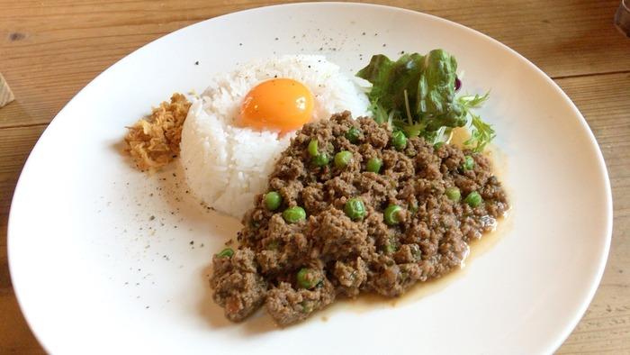 日本国内や世界各国を旅してきたというオーナーが作る多国籍料理。その日によってメニューは異なりますが、写真のカレーはインド風でかなりスパイスが効いています。えびせんやタイ式さつま揚げなどがセットになったランチコースは、地元の女子にも大人気。