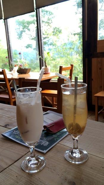 カフェタイムは、金・土・日のみ。さっぱり味のいちご酢ミルクやジンジャーソーダを飲みながら、窓の外を眺めれば暑さも吹き飛びそうですね。