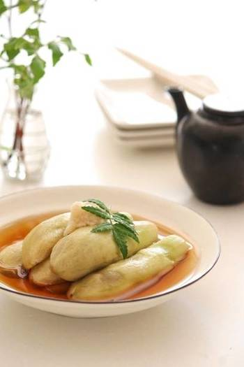 レンジで作れる、暑い時季に嬉しいレシピ。冷たいなすからじんわりと染み出る出汁がおいしい一品です。材料は3つとごくシンプル。旬の味となすの綺麗な翡翠色を楽しめます。