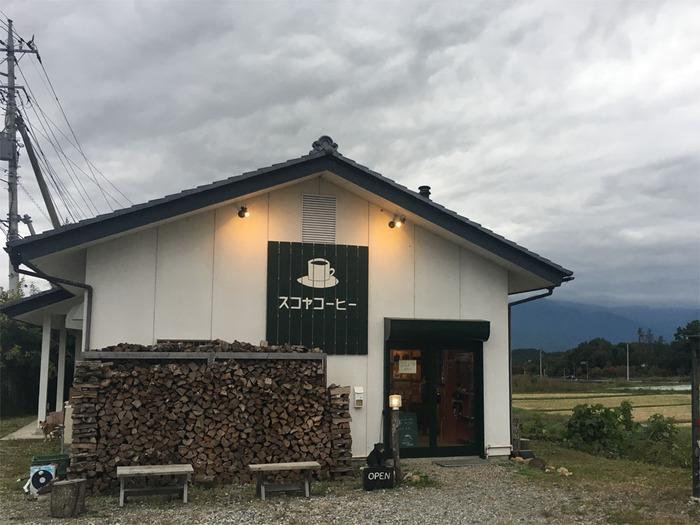 清里ライン沿いにある「SUCOYA COFFEE(スコヤコーヒー)」は、シンプルなイラストや店名が描かれたモノトーンの看板が印象的。