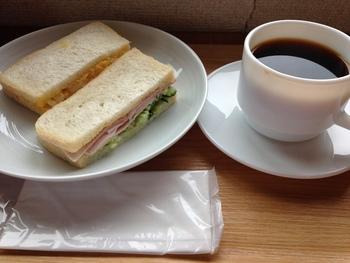 """ハムやキュウリのサンドイッチと自家焙煎の深い味わいのコーヒー。素朴でシンプルなメニューには、""""気軽にコーヒーを楽しんでもらいたい""""というオーナーの思いが感じられます。"""