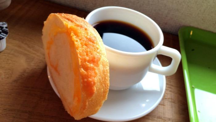 時期によって異なりますが、コーヒーはストレート豆数種類とオリジナルブレンドがあり、1杯ずつネルドリップで淹れてもらえます。ポコポコとお湯が落ちる音、コーヒーの香り、そのどれもが幸せな気分にさせてくれます。