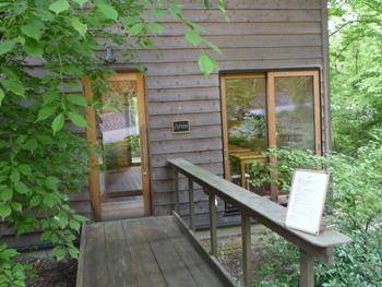 小淵沢の駅から車で5分ほどのところにある「4月のさかな」は、森の中にある小さなカフェです。